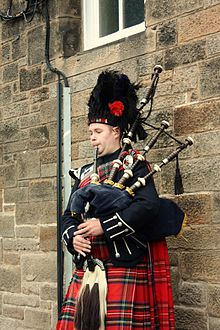 220px-Bagpiper_in_Edinburgh_001
